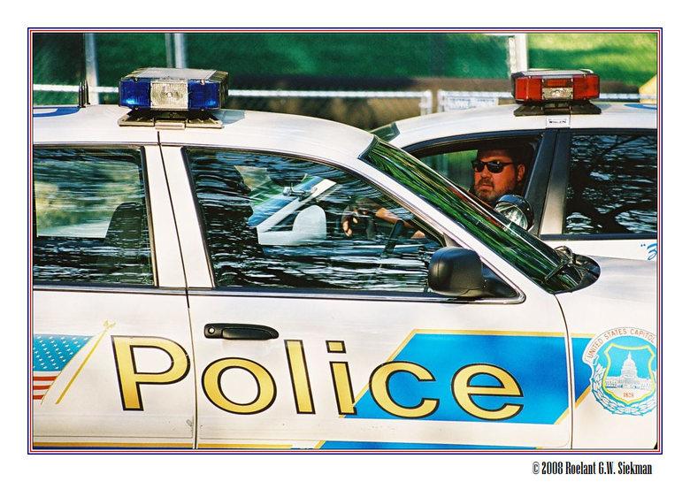 Police - In Washington DC is rond het Capitol altijd wel politie te vinden.<br /> Meestal mannen zonder humor, maar deze was niet te beroerd om te bl