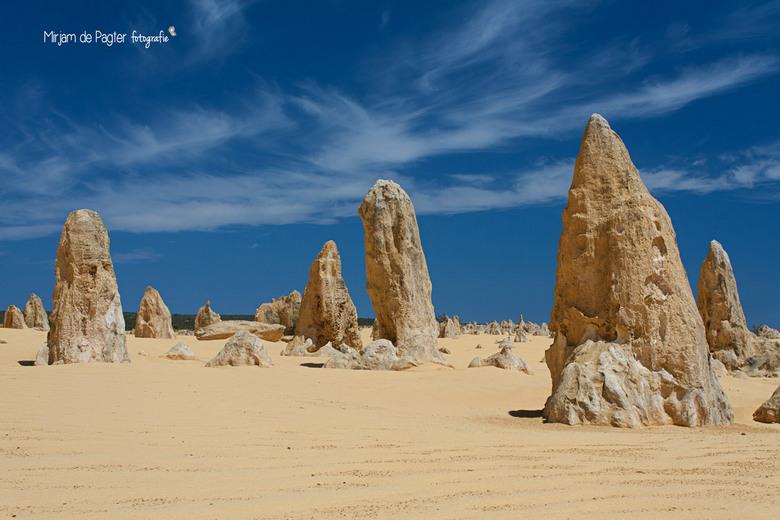 Fingers from the sand - De Pinnacles desert in Australie. Volgens de legende van de Aboriginals is dit verboden gebied dat niet betreed mocht worden e