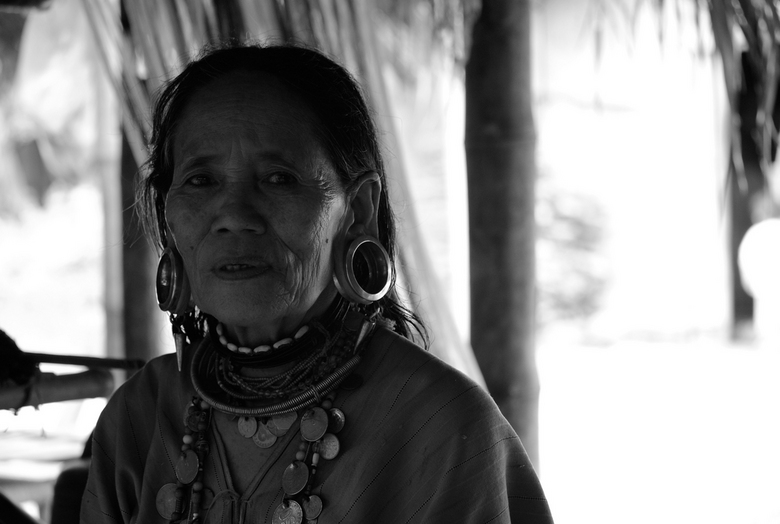 Hill Tribe woman - Een Thaise vrouw met tunnels in haar oren.