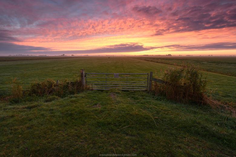 Burst of Color - Soms heb je van die ochtenden waarbij de zonsopkomst zo spectaculair is, dat zelfs een simpel hek mooi wordt om naar te kijken.<br />