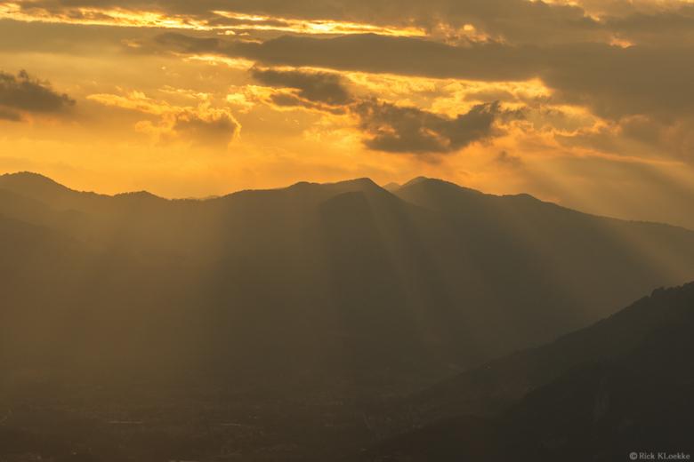 Crepuscular rays over Lovere, Italy! - Dit shot komt uit een timelapse sequence en heb ik gemaakt tijdens m'n vakantie in Italië. De zon wierp pr