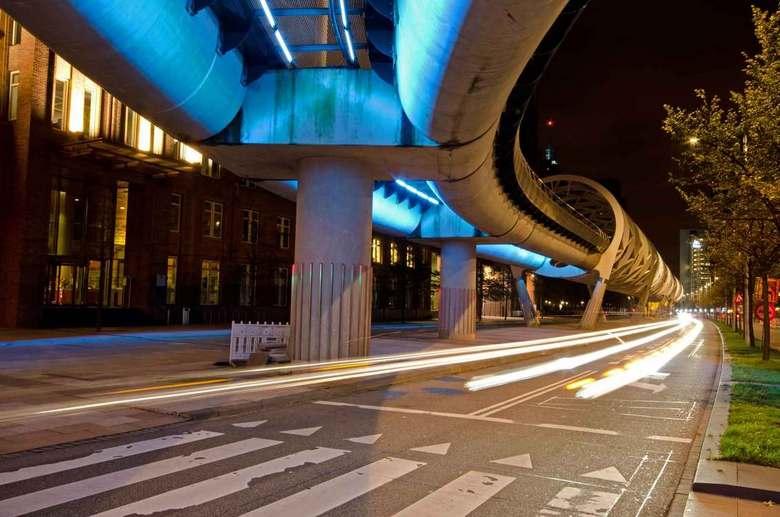 Netkousviaduct randstadrail in Beatrixkwartier te Den Haag - Het door led lampen verlichte zogenoemde netkousviaduct van de Randstadrail in het Beatri