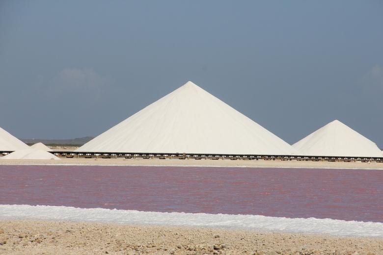zoutberg op curacao - de zout opslag op curacao. leuk contrast met het paarse water