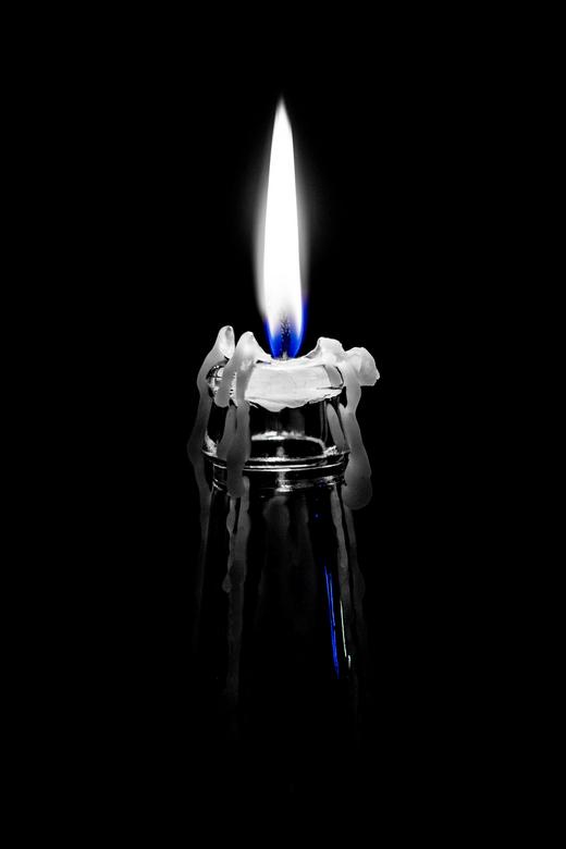 Candle light - Bijna opgebrand is de kaars die in het flesje stond. De druppellijnen en het licht dat door het laatste stompje kaars heen schijnt.