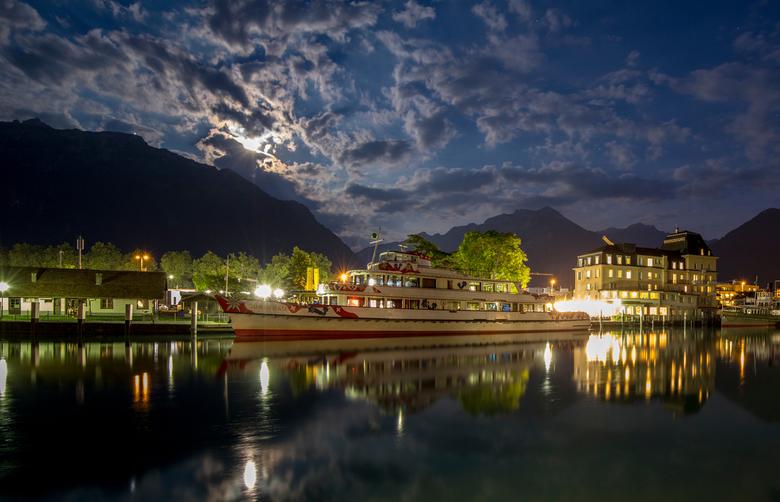 Interlaken zwitserland - rondvaartboot afgemeerd aan de Thunersee in Interlaken