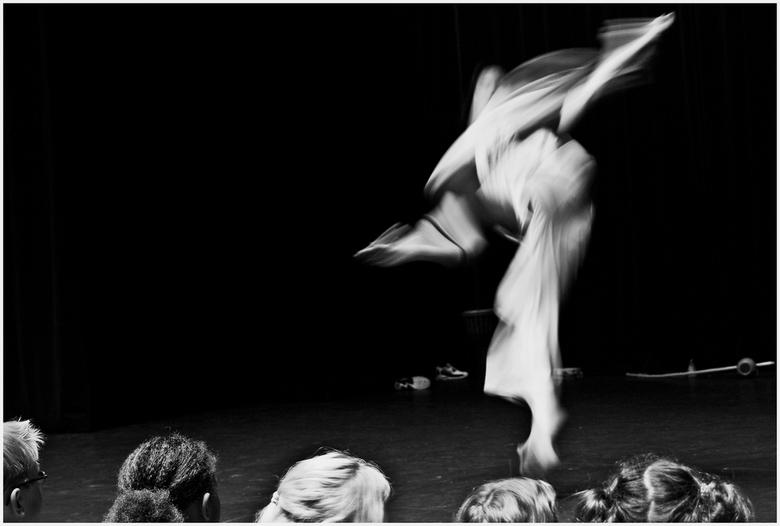 In beweging - Dit is een foto uit mijn archief gemaakt tijdens een workshop op de Deventer dansdagen.<br /> Omgezet in zwart/wit en iets gecropt