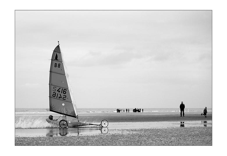 zeilwagen - op het strand van De Panne...oefenen voor de wedstrijd...volgend jaar gaat het wereldkampioenschap hier door
