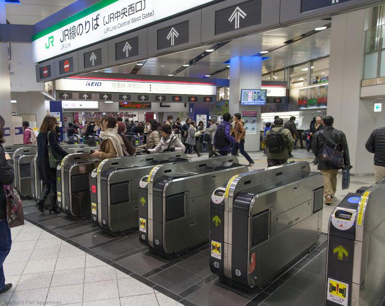 STATION ZONDER POORTJES - SHINJUKU, een der stations te TOKYO, dagelijks ca 4 milj reizigers te verwerken ZONDER POORTJES