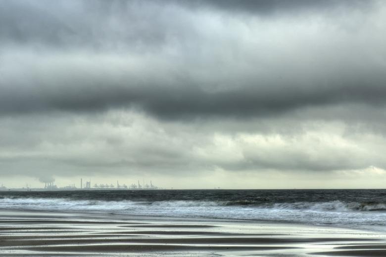 Dreiging #2 - Een dreigend noodweer bij het nieuwe strand van Kijkduin. Op de achtergrond Hoek van Holland. Op de voorgrond het nieuwe zand.