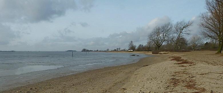 Langs het IJmeer.