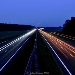 Avondfoto boven snelweg.