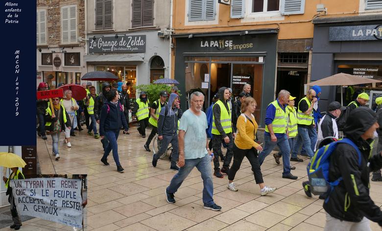 de gele hesjes in aktie P1110069metW - protesttocht door Macon Zuid Frankrijk .<br /> Geen ongergeldheden hierbij .