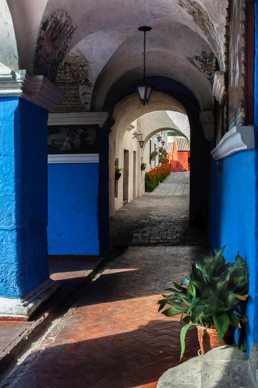 arequipa peru - het klooster santa catalina in arequipa peru, een waar festijn voor de fotograaf, de steegjes, lichtval, diepte, doorkijkjes en de kle
