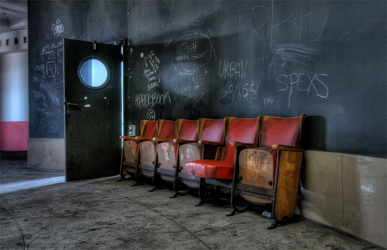 niet te filmen zo verlaten... - fragment van een vervallen Belgisch theater