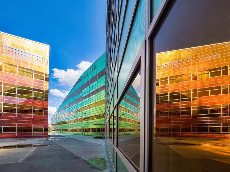 Almere belastingkantoor - Door de zon eind van de middag spetterden de kleuren van het gebouw af.