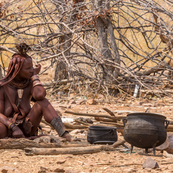 Himba vrouw in de keuken