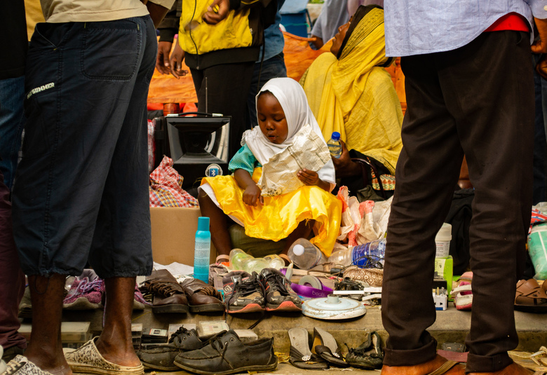 Market square - Dit meisje verkocht samen met haar moeder spulletjes op de Darajani market in Stonetown, Zanzibar