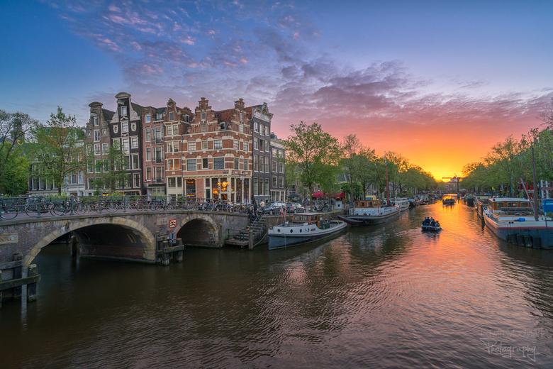Zonsondergang aan de Papiermolensluit in Amsterdam - Een mooie zonsondergang aan de Brouwersgracht in Amsterdam.<br /> <br /> De zon gaat rond de la