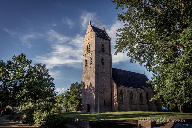 Kerk in Vledder - De kerk in het dorpje Vledder, mooi uitgelicht in de avond.<br /> <br /> Allen bedankt  voor de mooie reacties op m&#039;n vorige