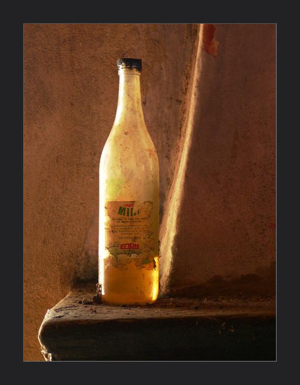 blikvanger - Omdat deze fles met olie op de schoorsteen van de open haard in het oude haast lege huis, me onmiddellijk opviel heb ik de foto deze tite