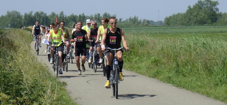 Roparun - 2e Pinksterdag kwamen de lopers van Roparun over het fietspad achter ons dorp. Ik heb heel veel bewondering voor de prestatie die hier gelev