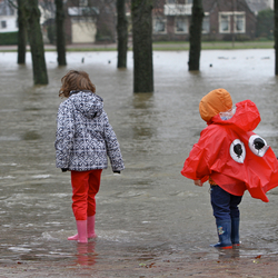 Kinderen genieten van het hoge water van de IJssel bij Deventer