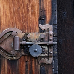 Eeuwenoud stukje vakwerk op de staafkerk-deur.