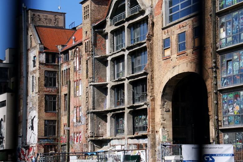 Tacheles -2- - De Oranienburgstrasse in Berlijn was een levendige straat met veel alternatieve winkeltjes en een groot pand waar een diversiteit aan k