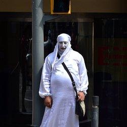 De man in het wit