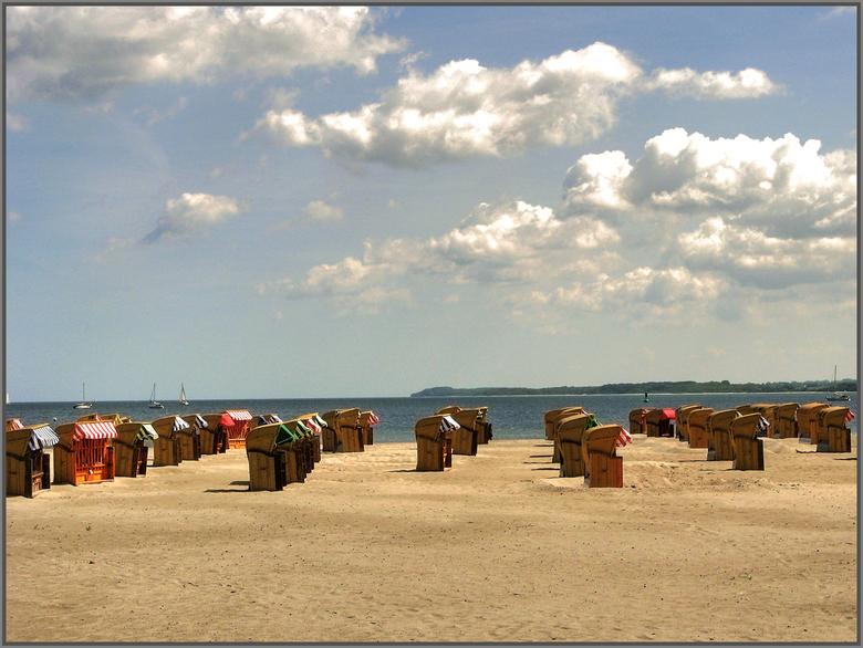 Travemünde - Travemünde nabij de Hanzestad Lübeck. Een strandbestemming aan de Baltisch zee met nog van die prachtige rieten strandkorf stoelen.