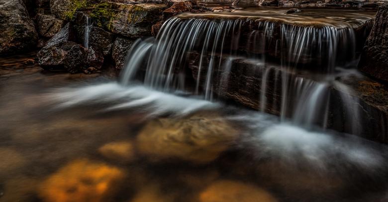 I'm Little - Dit watervalletje lijkt redelijk groot, maar was slechts een half metertje hoog. Met de statief in het water gestaan om het geheel groter