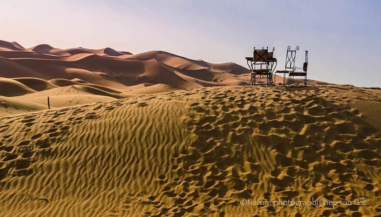 Kom zitten en geniet van Erg Chebbi - Terras in de vroege ochtend met prachtig uitzicht op Erg Chebbi (Merzouga). Dit uitgebreide, imposante zandduinc