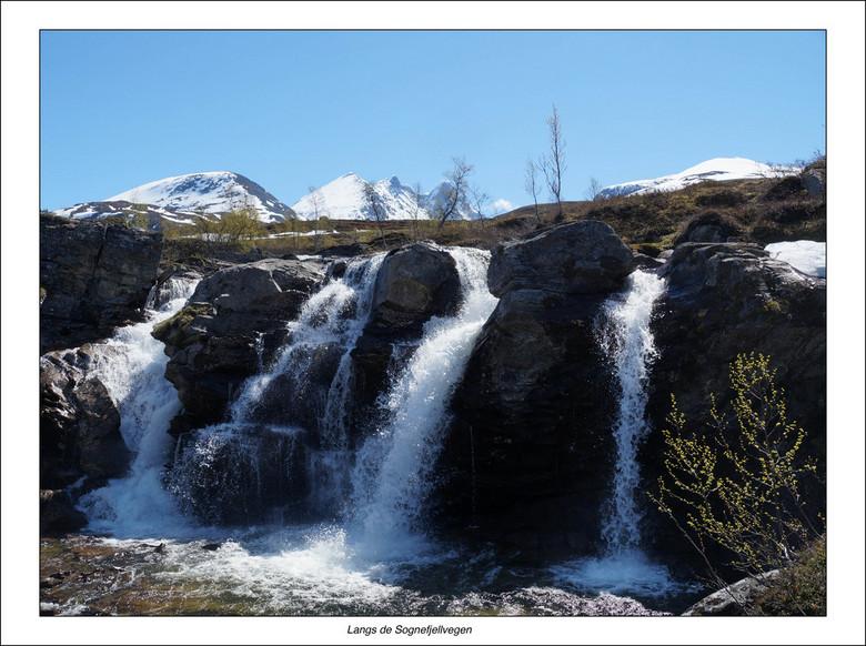 Water - Waar je ook bent in Noorwegen, overal komt er water naar beneden. En zeker in een periode na veel sneeuwval.<br /> Dit is beroemde de Sognefj