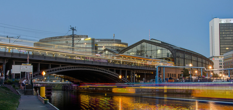 Berlijn - rivier de Spree met S-Bahnhof Friedrichstraße  -  S-Bahnhof Friedrichstraße in Berlijn