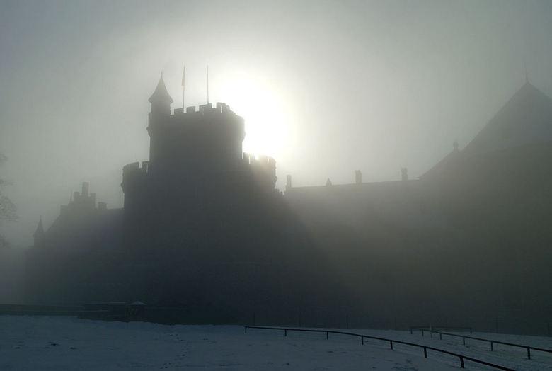 Donkere middeleeuwen - Ik zoek in de absolute stilte naar een positie om het kasteel in de hier wel zware nevel als silhouet te vangen achter de vreem