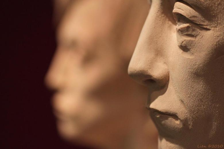 """hoofden van hout - Kunstwerk van Aron Demetz -  """"Beichtstuhl"""" (detail hoofden)"""