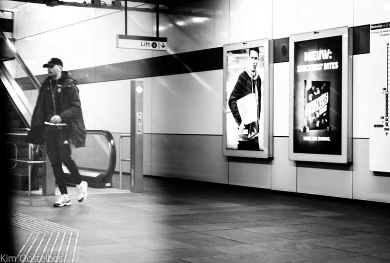 Metrolife - Vanuit de metro genomen waar ik in zat. Ik zag deze jongen zich haasten om nog in te kunnen stappen. <br /> <br /> Hoor het weer graag v