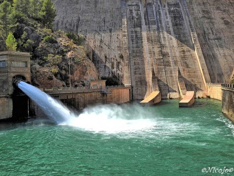 Stuwdam Del Cenajo. - Hier is de uitlaat van de stroomturbines, aan de ander kant van de dam staat 227 hm3.......de dam is 84 meter hoog.<br /> <br /