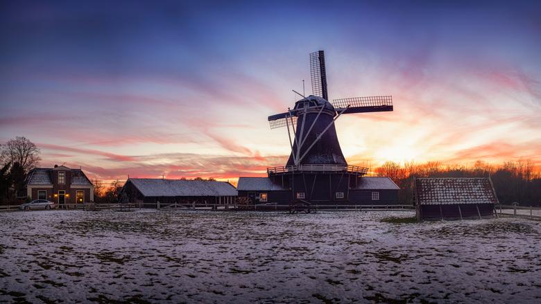 Bolwerkersmolen in Deventer met vurige zonsondergang