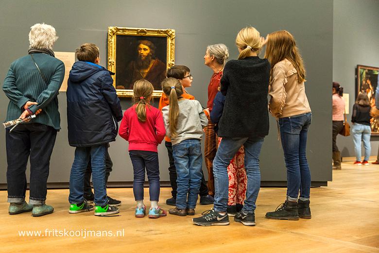 Kinderen luisteren geduldig naar uitleg in Museum Hermitage in Amsterdam