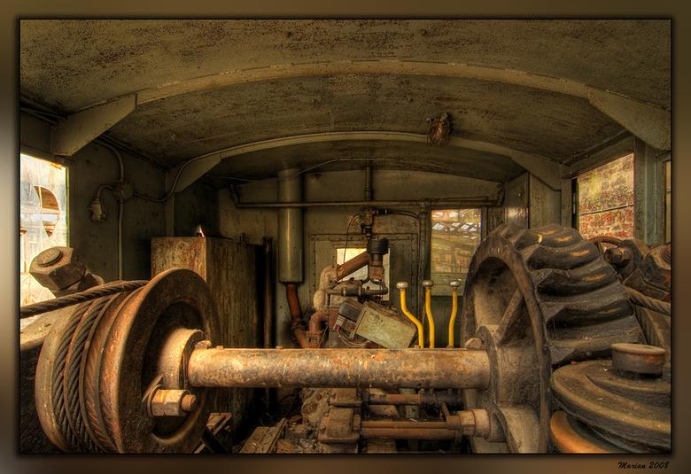 Oud - Foto is gemaakt in een oud en verlaten treinstation.<br /> Op een van de wagons stond een oude hijskraan.<br /> Dit is in de &#039;cockpit&#03
