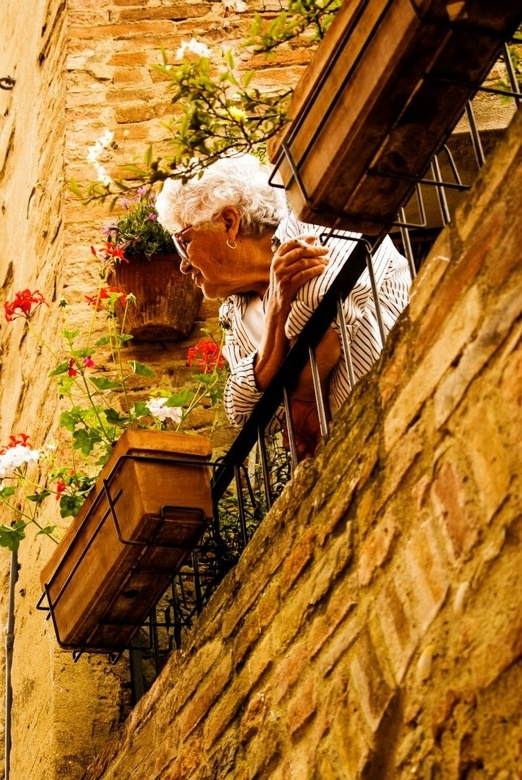 Straatfotografie Toscane - Prachtig hoe zo'n Italiaans omaatje haar sigaretje rookt en de boel inspecteert