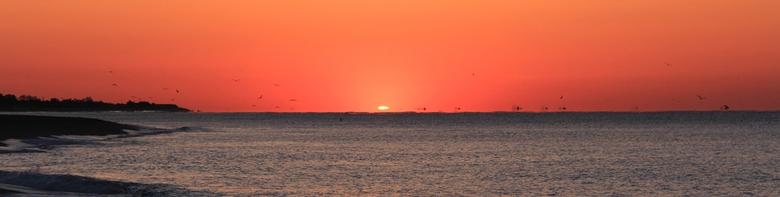 zon komt op - Vroeg je bed uit op de zonsopkomst te fotograferen. Maar her was de moeite waard. Hier is net een klein stukje van de zon boven de horiz