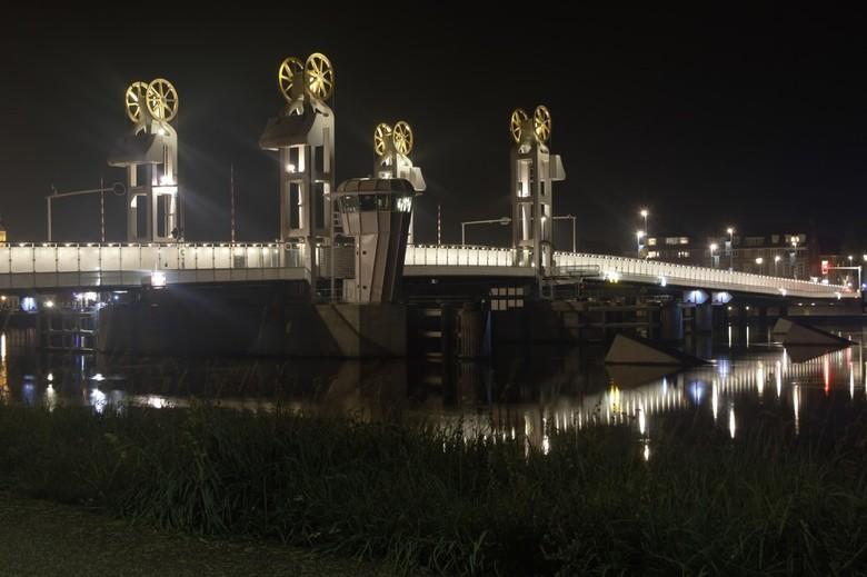Kampen by Night - Avondfoto van de IJsselbrug bij Kampen