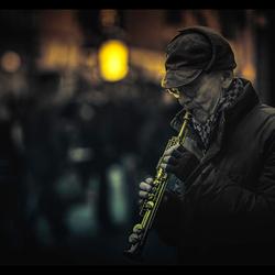 de koude trotserende straatmuzikant
