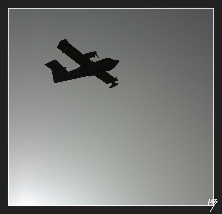 Blusvliegtuig - Een (tegenlicht) foto van een blusvliegtuig. Deze is gemaakt in Italie in de zomer. In de tijd dat wij daar waren, waren er verschille