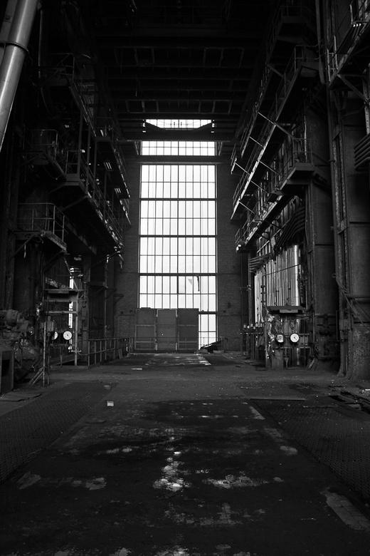 Licht in de duisternis - Deze foto is gemaakt in een oude elektriciteitscentrale bij de ovens die de kolen verstookte voor elektriciteit.