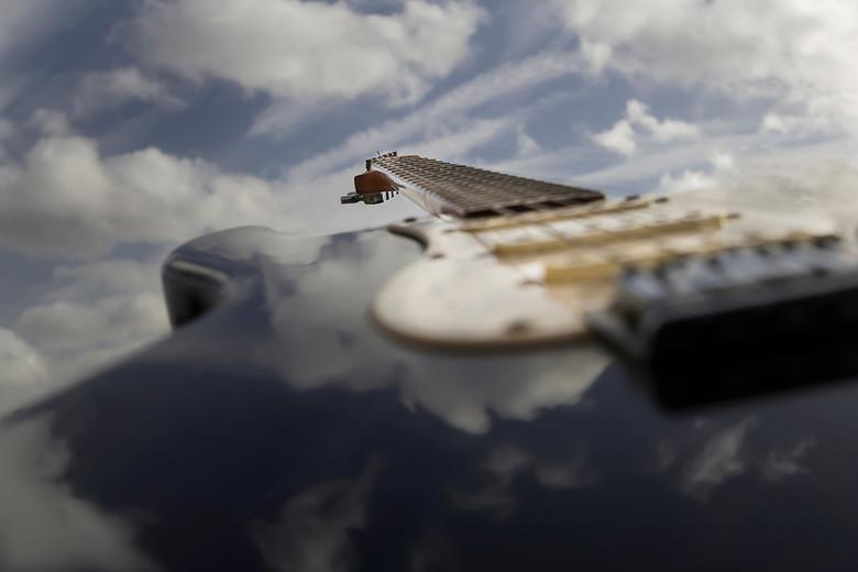 Luchtgitaar - Spiegeling van de lucht op het instrument.