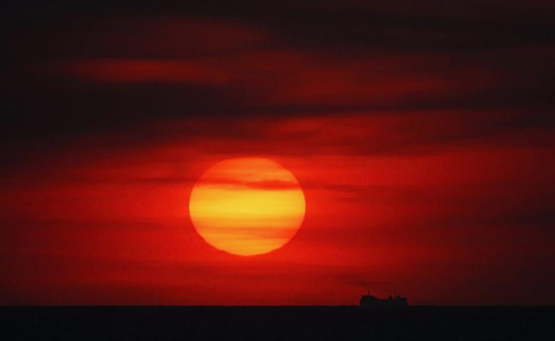 Zonsondergang - Ik zat al een tijdje met dit idee in mn hoofd. Een zonsondergang met een grote boot op de achtergrond als silhouette. En eergister had
