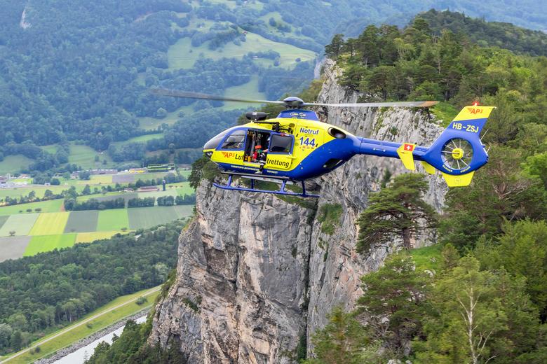 EC.135 in vogelvlucht - Een EC.135 van AP3 boven de bergen van Liechtenstein